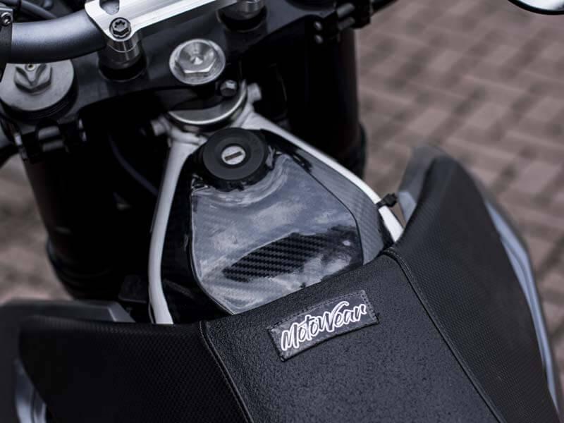 Carbonoptik Zündschlossabdeckung Carbon für Husqvarna 701 von MotoWear Germany